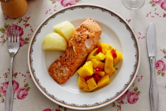 三文鱼的吃法—芒果沙拉配香煎三文鱼