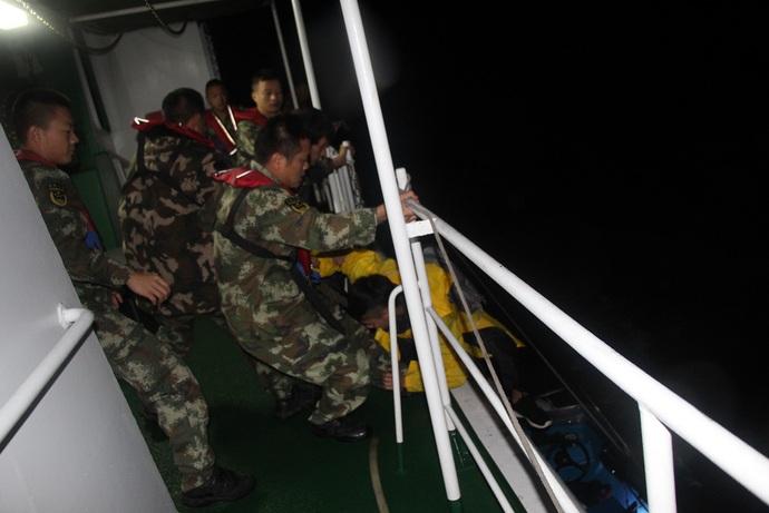 广东海警紧急出动 成功救回2名被困11小时的香港海钓者